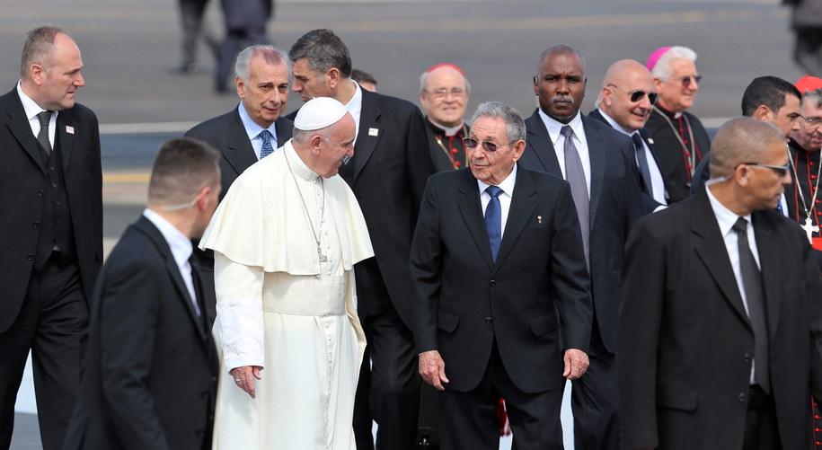 Franciszek witany na lotnisku przez prezydenta Kuby Raula Catro / Alejandro Ernesto    /PAP/EPA
