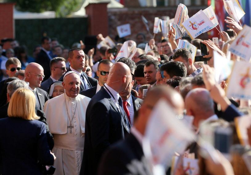 Franciszek witany przez wiernych po przyjeździe do Sanktuarium Bożego Miłosierdzia w krakowskich Łagiewnikach /Paweł Supernak /PAP