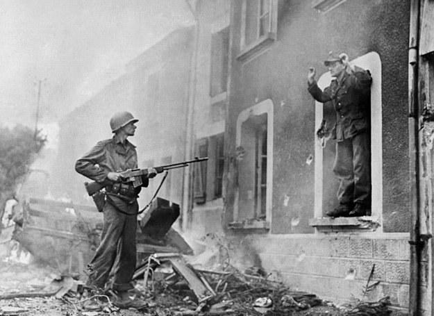 Francja, 1944 r.: Żołnierz US Army rozbraja Niemca. Polski wywiad był bardzo aktywny we Francji /AFP
