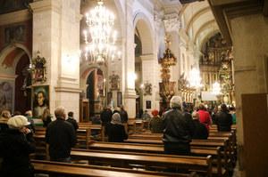 Francja: Dochodzenie w sprawie mszy bez masek i odstępu