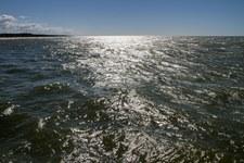 Francja: Fale Atlantyku wyrzucają na plaże setki kilogramów kokainy