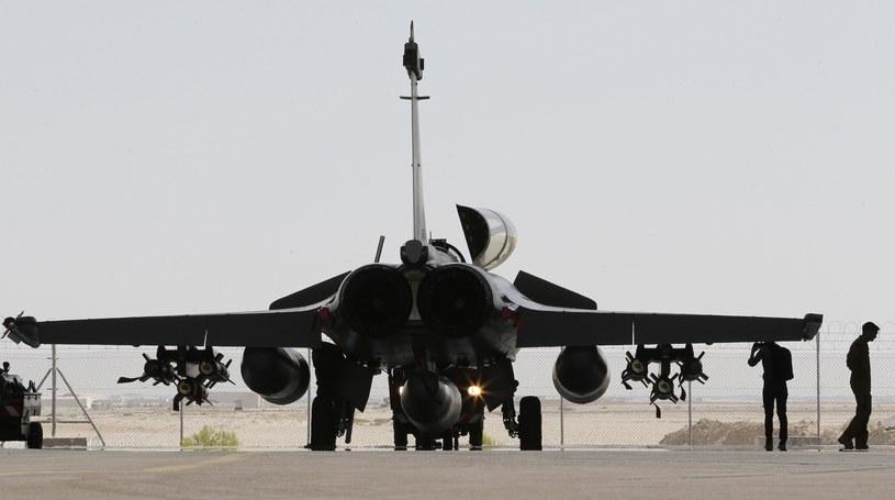 Francja i Rosja bombardują strategiczne cele Państwa Islamskiego w Syrii /KARIM SAHIB/ /AFP