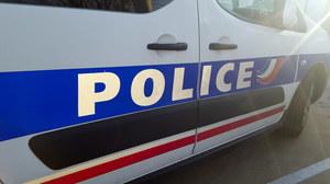 Francja: Nożownik zaatakował policjantkę. Pościg za sprawcą