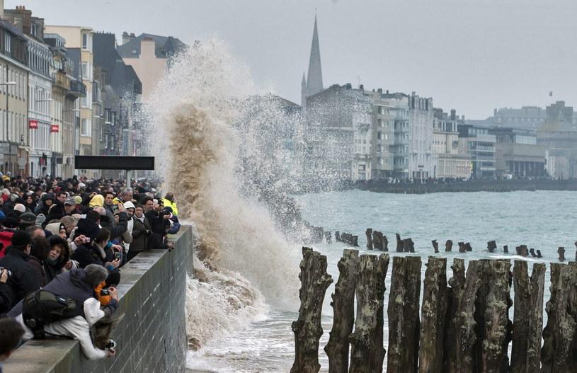 Francja, Saint Malo. Tłumy obserwują wielkie fale /EPA/IAN LANGSDON  /PAP/EPA