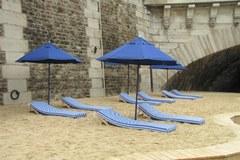 Francja: W kurtkach i swetrach na sztuczną plażę nad Sekwaną