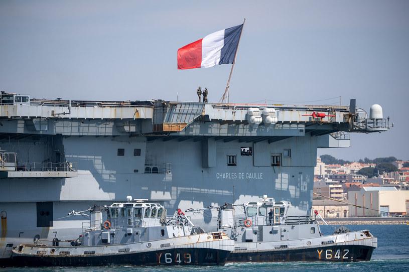 Francja zbuduje nowy lotniskowiec - zastąpi on pływającą po wodach jednostkę Charles De Gaulle /AFP