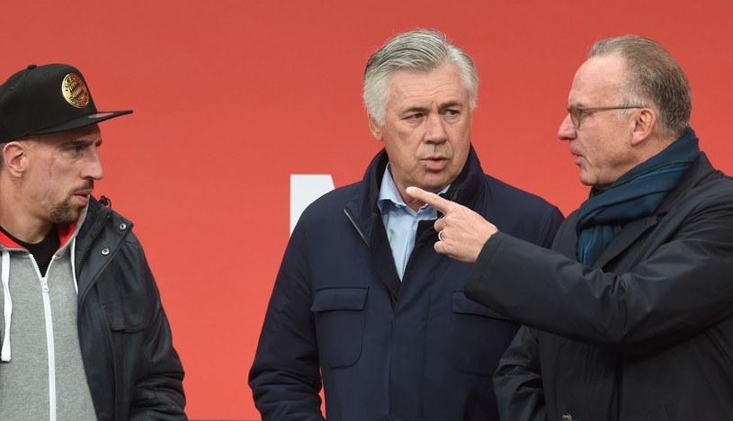 Franck Ribery (z lewej), Carlo Ancelotti (w środku) i szef Bayernu Karl-Heinz Rummenigge /AFP