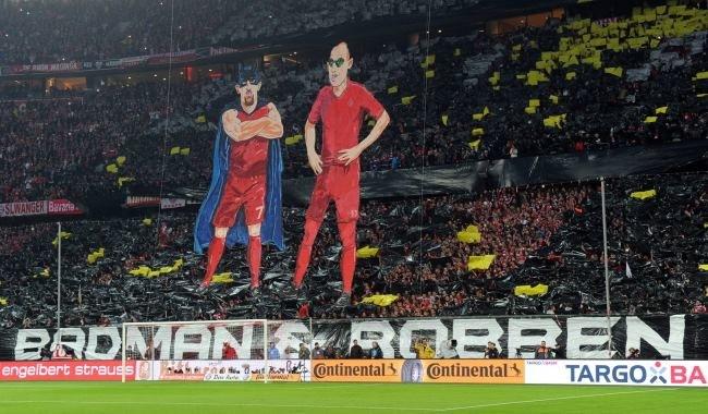 Franck Ribery (z lewej) i Arjen Robben jako Badman (Batman) i Robben (Robin) /PAP/EPA