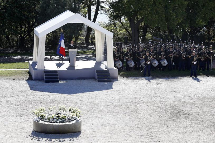 Francois Hollande podczas uroczystości ku czci ofiar zamachu /PAP/EPA