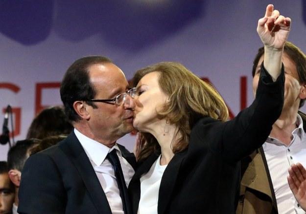 Francois Hollande ze swoją partnerką Valerie Trierweiler na placu Bastylii /AFP