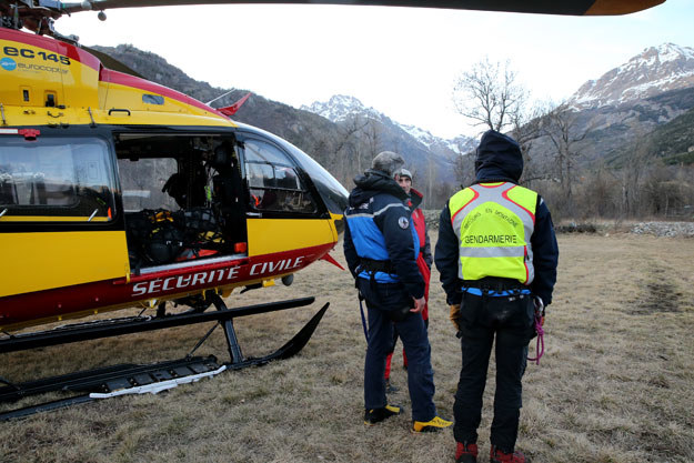 Francuscy ratownicy i żandarmi w alpejskiej wiosce Vallouise, w okolicy której zeszła lawina /AFP