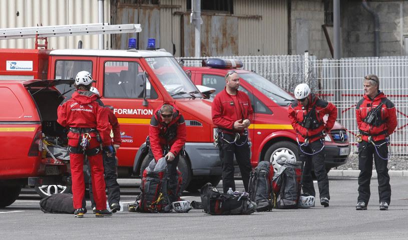 Francuscy strażacy przygotowuja się do akcji ratunkowej /REUTERS/Jean-Paul Pelissier /Agencja FORUM