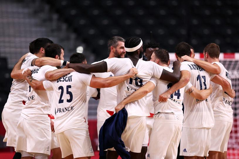 Francuscy szczypiorniści świętujący awans do finału / Dean Mouhtaropoulos / Staff /Getty Images