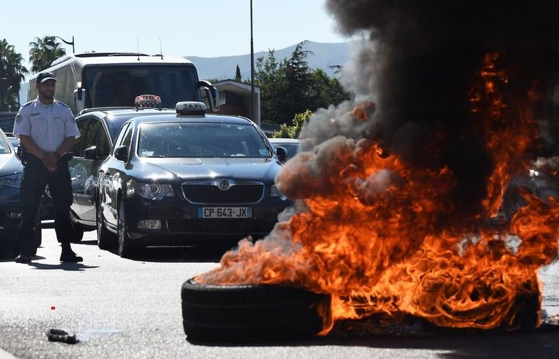 Francuscy taksówkarze palą opony na znak protestu /AFP