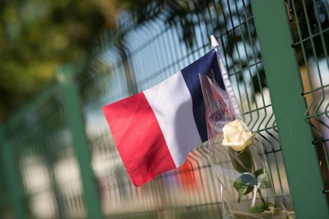 Francuska flaga na ogrodzeniu zakładów, gdzie doszło do zamachu /PAP/EPA/MARIUS BECKER /PAP/EPA