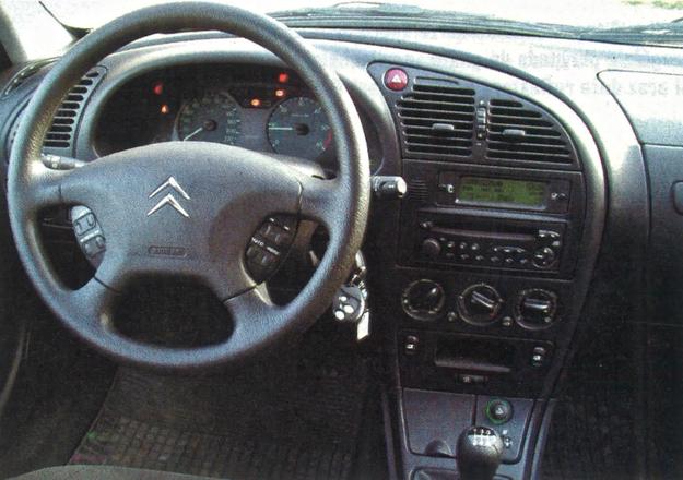 Francuska klasyka: troszkę zaokrągleń, ale bez rewelacyjnych pomysłów, materiały średniej jakości, a ergonomia prawie bez zarzutu. Gdyby nie ten klakson w dźwigni kierunkowskazów... /Motor