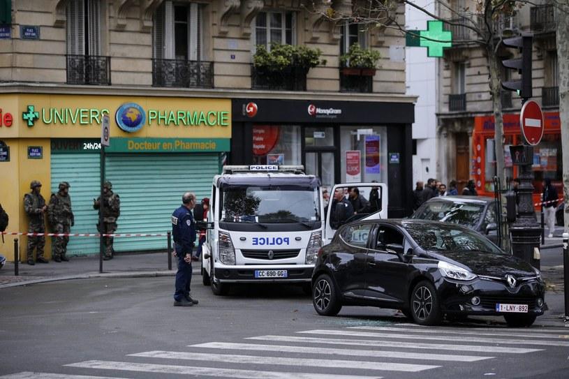 Francuska policja pilnuje okolicy, w której doszło do zamachów /YOAN VALAT  /PAP
