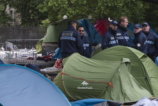 Francuska policja w nielegalnym obozie imigrantów /JOEL SAGET /AFP