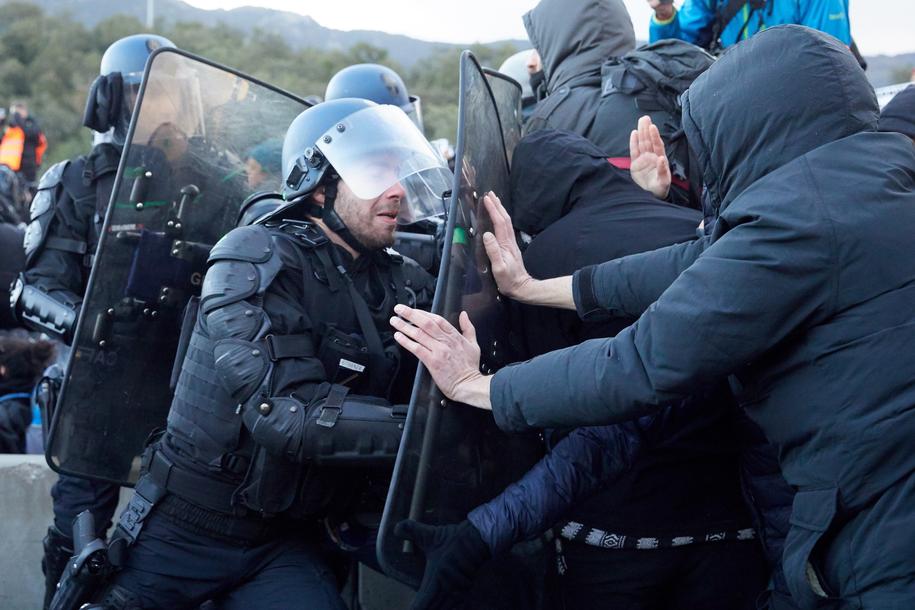 Francuska żandarmeria usuwa blokujących przejście katalońskich separatystów /David Borrat /PAP/EPA