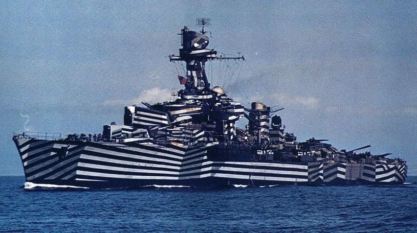 """Francuski lekki krążownik """"Gloire"""" podczas drugiej wojny światowej w malowaniu maskującym /US NAVY /INTERIA.PL/materiały prasowe"""