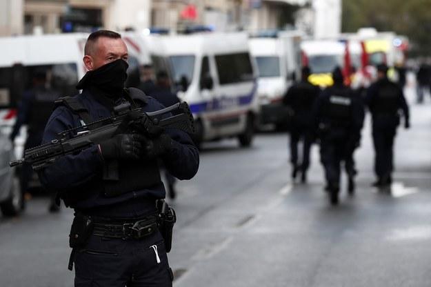 """Francuskie służby na miejscu ataku w pobliżu dawnej siedziby redakcji tygodnika """"Charlie Hebdo"""" /IAN LANGSDON /PAP/EPA"""