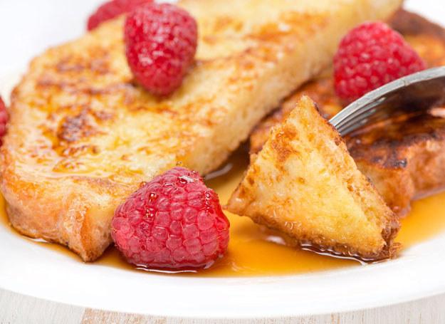Francuskie tosty z miodem i leśnymi owocami /123RF/PICSEL