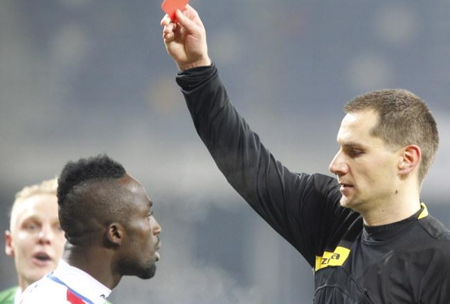 Frank Adu Kwame dostaje czerwoną kartkę. Podbeskidzie w dziesiątkę ograło Lechię /Andrzej Grygiel /PAP