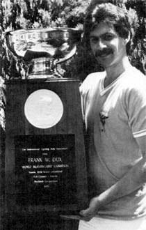 """Frank Dux obok trofeum, którego prawdziwość podważył dziennikarz """"LA Times"""" /Internet"""