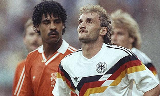 "Frank Rijkaard i Rudi Voeller dali ""popis"" na mundialu 1990 roku /Getty Images"