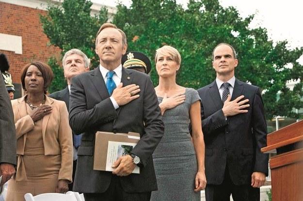 Frank Underwood (Kevin Spacey) wie, że w polityce można wygrać  kierując się chłodną kalkulacją,  a nie emocjami. /Bulls Press Sp.z o.o.