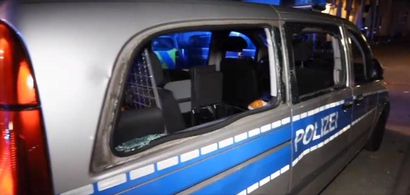 Frankfurt nad Menem: Wybite szyby w policyjnym radiowozie /Euronews /YouTube