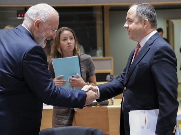 Frans Timmermans i Konrad Szymański /OLIVER HOSLET /PAP/EPA