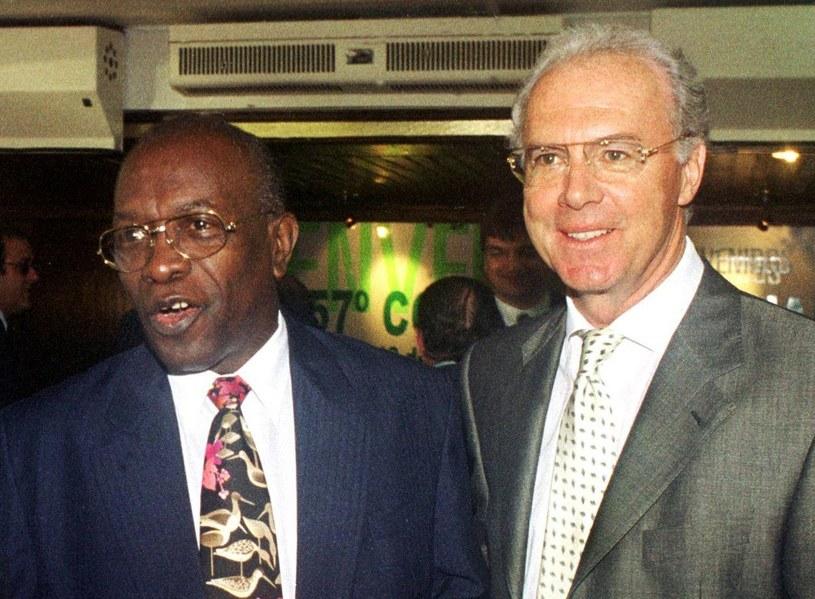 Franz Beckenbauer w towarzystwie Jacka Warnera /AFP