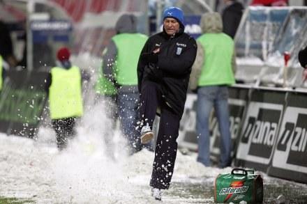 Franz Smuda rozkopuje śnieg na stadionie Cracovii. Fot. Michał Nowak. /Agencja Przegląd Sportowy