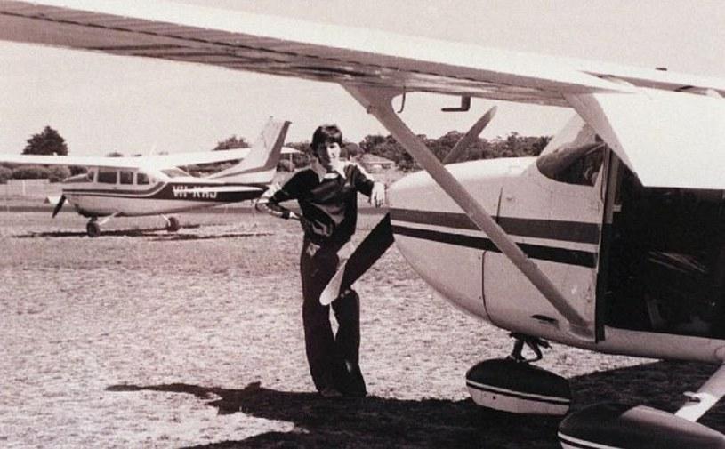 Frederick Valentich przy samolocie Cessna 182 /AFP