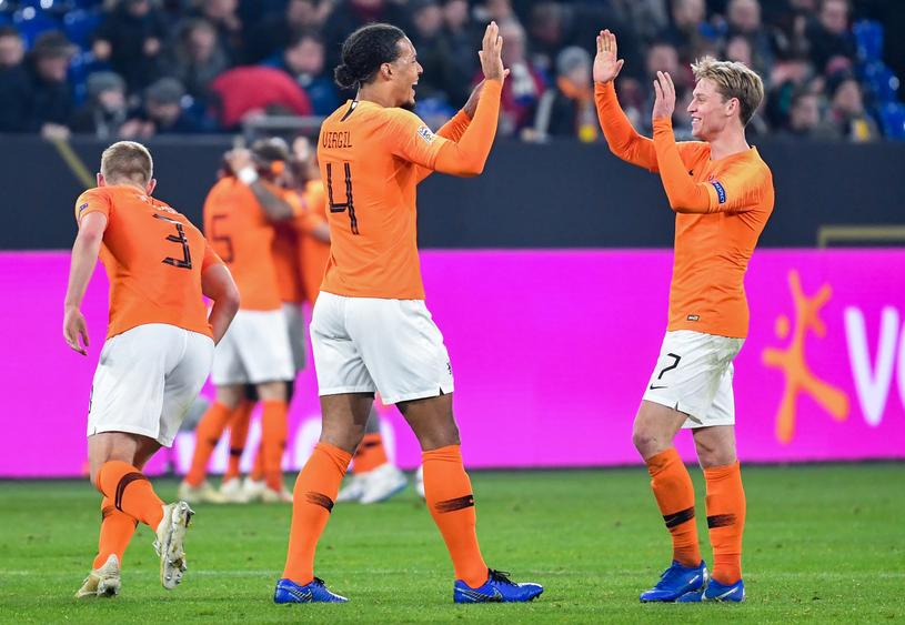Frenkie de Jong (z prawej) - mimo młodego wieku, pewny punkt reprezentacji Holandii i Ajaksu Amsterdam /AFP