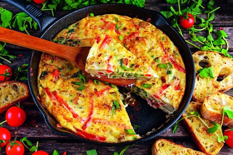 Frittata warzywna z tofu według przepisu Moniki Mrozowskiej /materiały prasowe