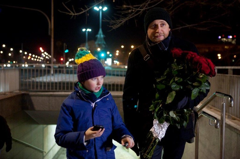 Fryderyk, nie do końca świadomy powagi sytuacji, pomaszeruje do salonu z bukietem róż… /TVN