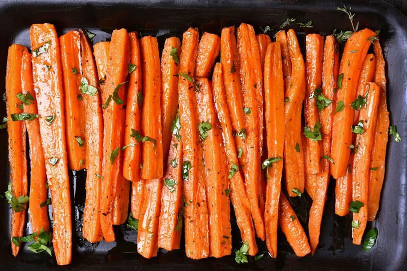 Frytki z marchewki idealnie sprawdzą się jako dodatek do obiadu /123RF/PICSEL