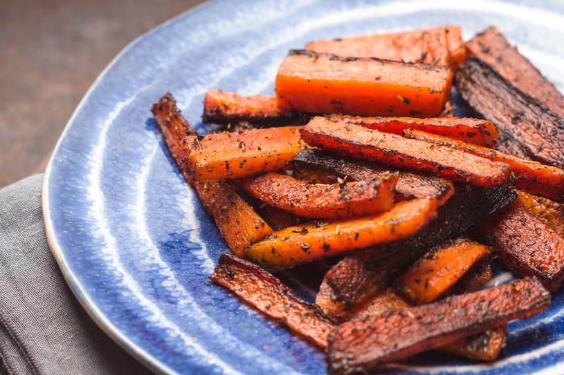 Frytki z marchewki to idealne uzupełnienie diety wegetariańskiej lub wegańskiej /123RF/PICSEL