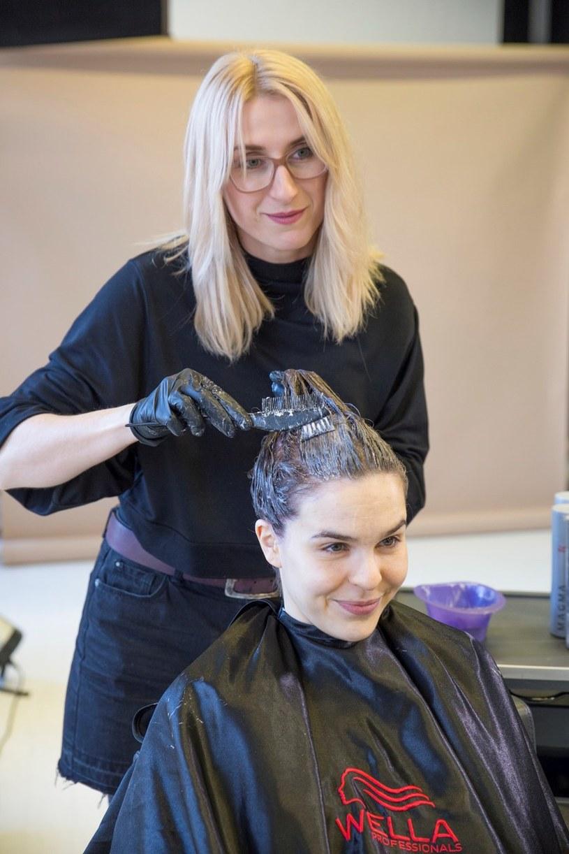 Fryzjer  nałoży farbę tak, by uniknąć efektu kilkunastu odcieni na głowie/ Wella Professionals /materiały prasowe