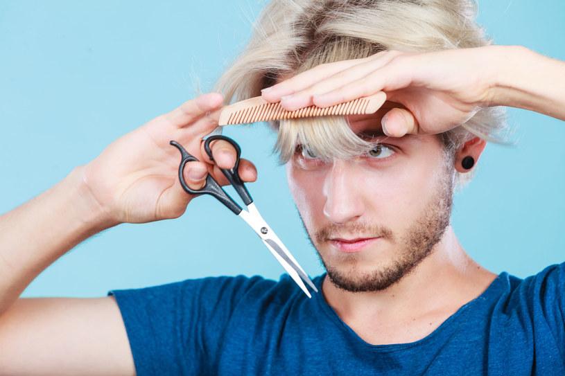 Fryzjer radzi, aby przyciąć grzywkę na wysokości brwi, lepiej niech będzie dłuższa niż miałaby być za krótka. /123RF/PICSEL