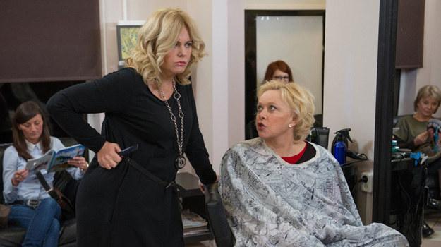 Fryzjerka Lutka (Joanna Kurowska) i Anna Surmacz (Joanna Żółkowska) /Agencja W. Impact