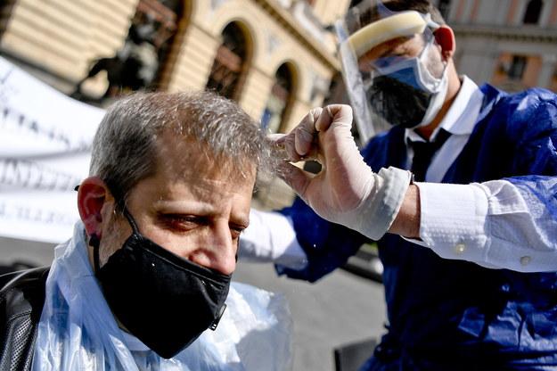 Fryzjerzy z Neapolu protestują. /CIRO FUSCO /PAP/EPA