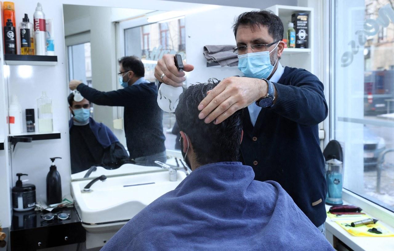 Fryzjerzy znów będą mogli strzyc brody. Belgia luzuje obostrzenia