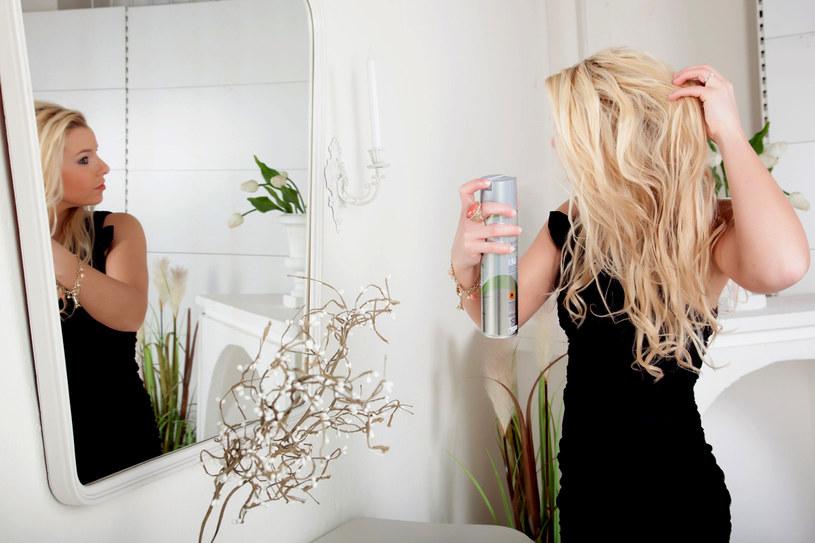 Fryzura często wymaga też nabłyszczenia. Lśniące pasma to prawdziwa ozdoba długich i prostych włosów /123RF/PICSEL
