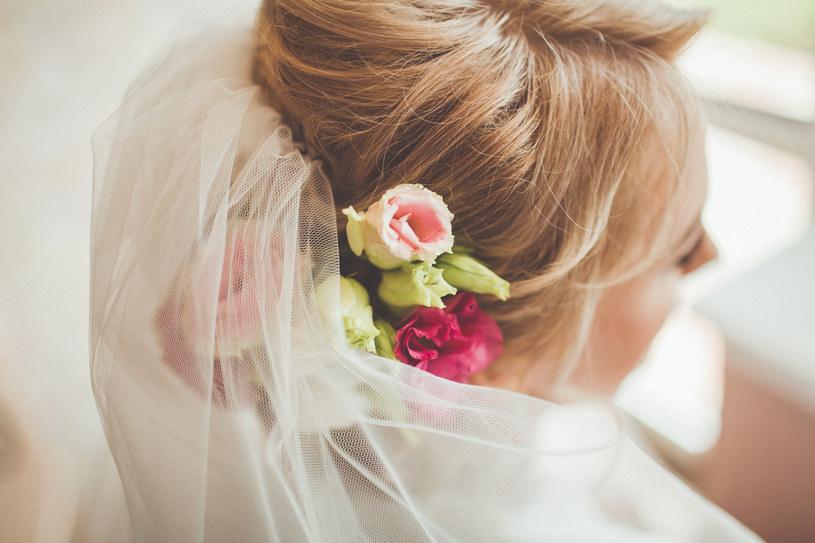 Fryzura ślubna powinna być dopasowana do kształtu twarzy, sukni i charakteru wesela /123RF/PICSEL
