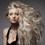 Fryzury z uniesionymi włosami: Objętość bez ograniczeń