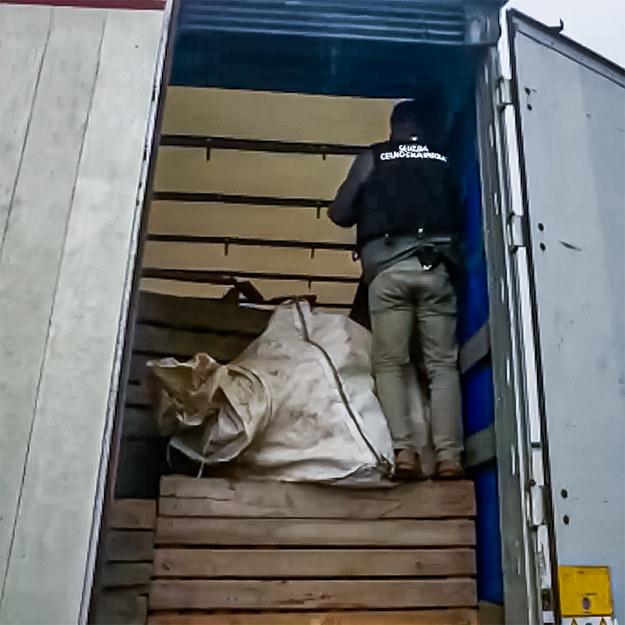 Funkcjonariusz podczas przeszukiwania zatrzymanej furgonetki /foto. CBŚP /CBŚP
