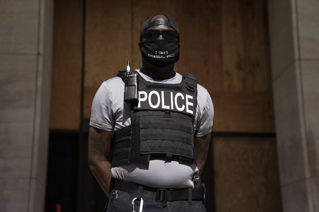 """Czarnoskóry policjant o protestach po zabójstwie George'a Floyda: Nazywają nas """"zdrajcami rasy"""" czy """"łowcami niewolników"""""""
